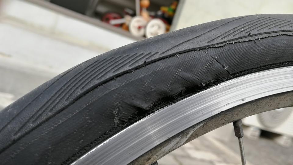 【危険!】 タイヤが裂けるのも時間の問題